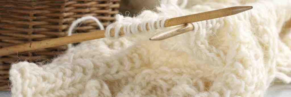 Comment assembler un snood tricoté?