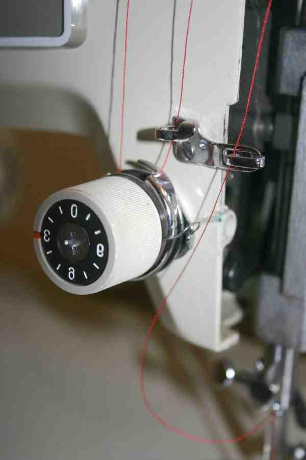 Comment changer la tension d'un fil de machine à coudre?