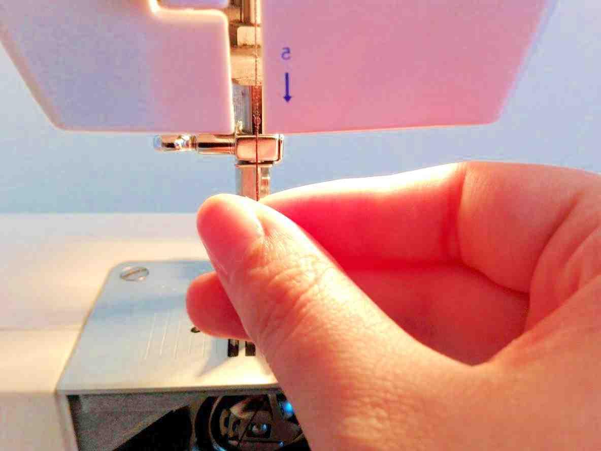 Comment enfiler un fil sur une machine à coudre?