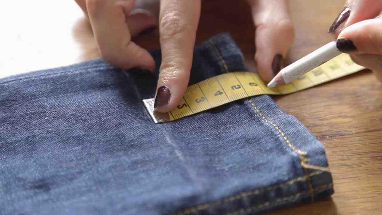 Comment couper un pantalon sans machine à coudre?