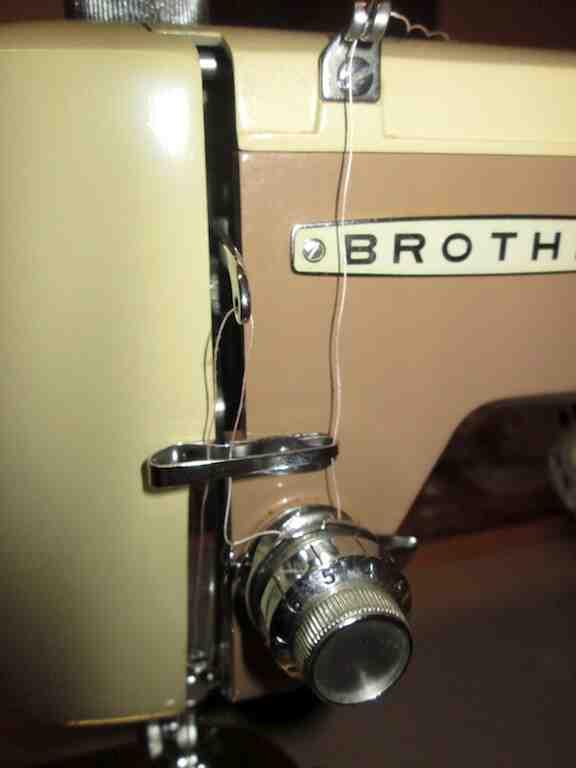 Comment régler la tension du fil sur la machine à coudre Brother?