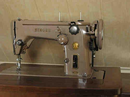 Comment passer le fil dans une machine à coudre ?